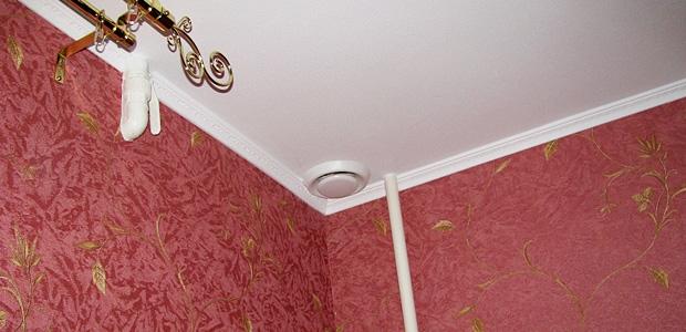 почему надувается натяжной потолок при включении вытяжки странице расположена